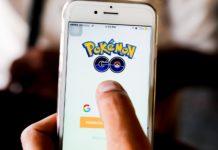 Telefon z uruchomioną grą Pokemon Go
