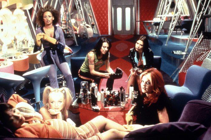 Pięć dzwieczyn siedzących w kolorowym busie