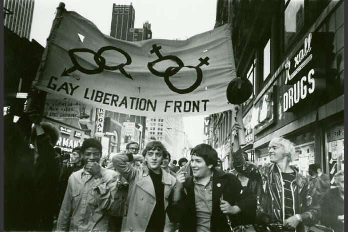 Czarno-białe zdjęcie strajkujących mężczyzn