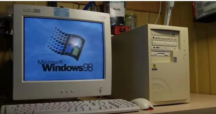 Komputer stacjonarny z monitorem kineskopowym
