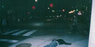 Mężczyzna leżący na chodniku