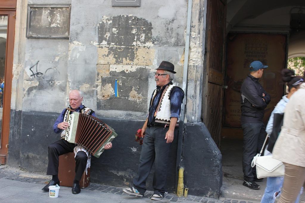 Dwóch mężczyzn stojących na ulicy