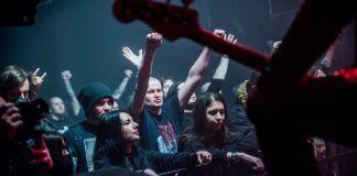 Ludzie stojący przy barierkach przy scenie
