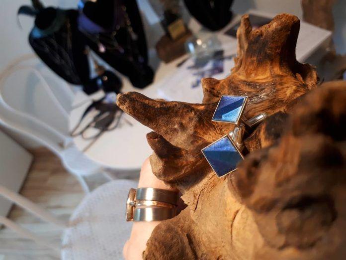 Biżuteria na konarze drewna