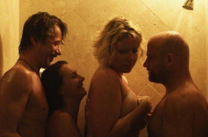 Czwórka ludzi stojąca pod prysznicem