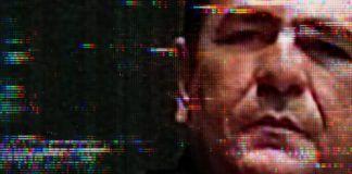 Twarz mężczyzny na kineskopowym telewizorze