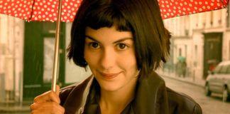 Dziewczyna w czarnych, krótkich włosach z parasolką w dłoni