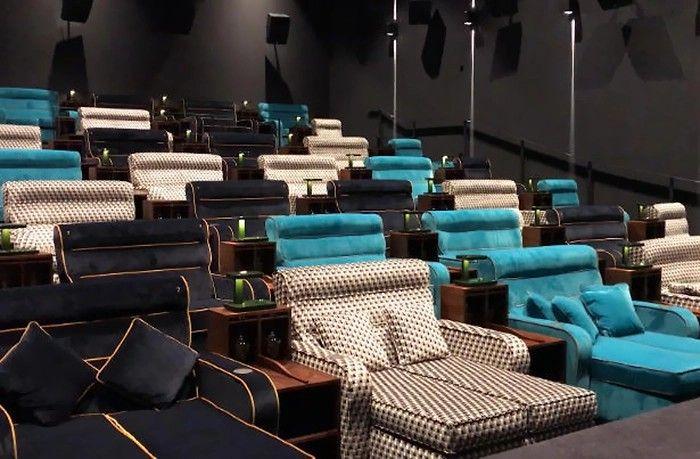 Sala kinowa z kanapami