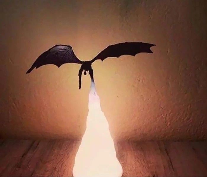 Lampa z ogniem ziejącym smokiem
