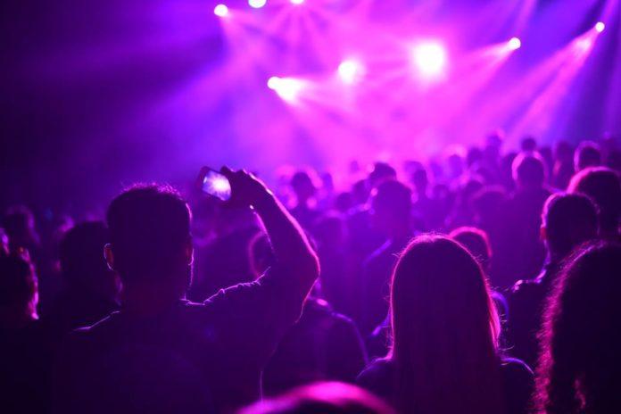 Tłum ludzi bawiących się pod sceną