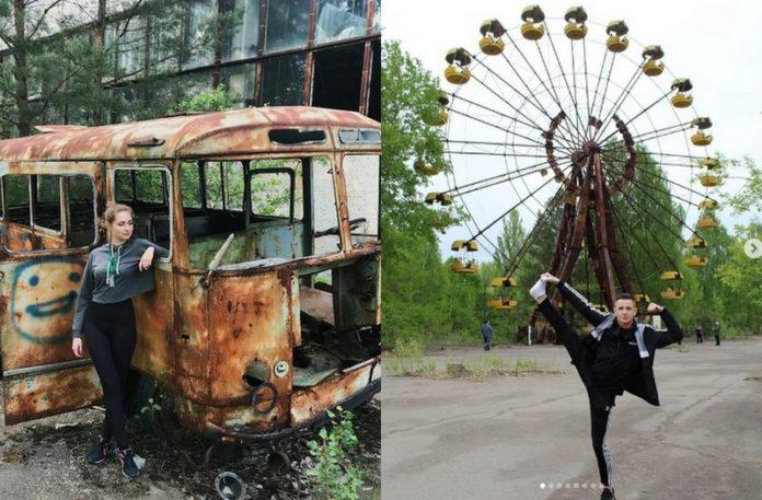 Dziewczyna na tle spalonego autobusu i chłopak na tle zniszczonego diabelskiego młynu