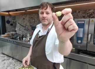 Szef kuchni trzymający w dłoni bób