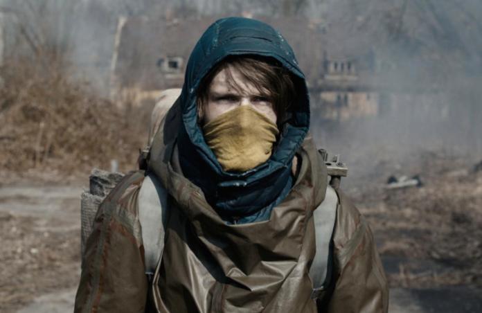 Chłopak w kapturze z chustką na twarzy
