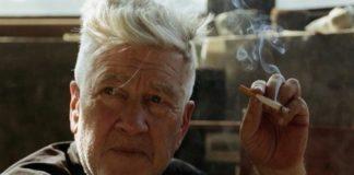 Mężczyzna z papierosem w dłoni