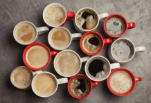 Dużo kubków z kawą ustawionych obok siebie