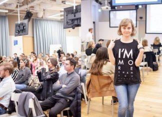 Ludzie siedzący na sali i dziewczyna pozująca do aparatu