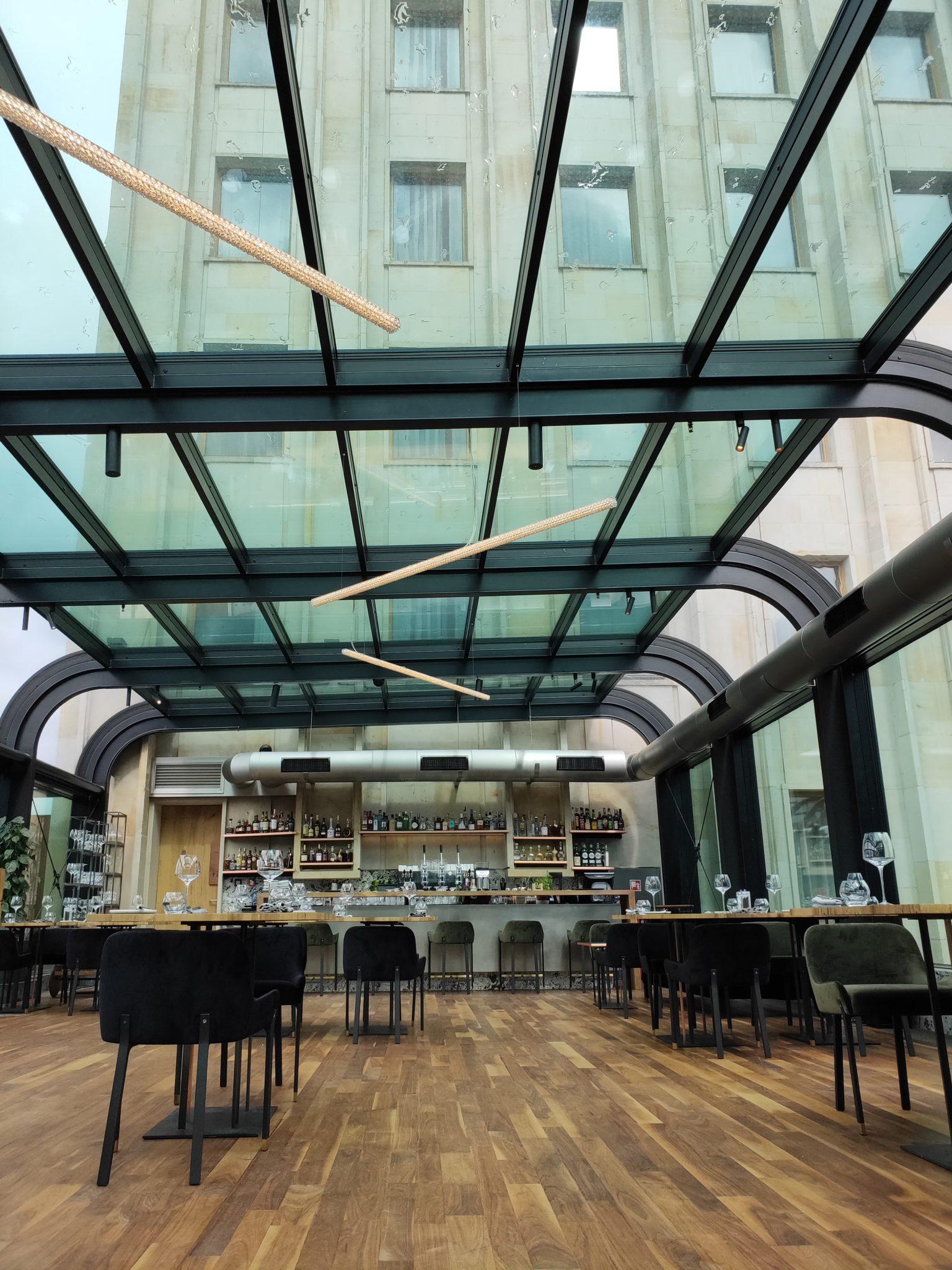 Wnętrze restauracji z przeszklonym dachem