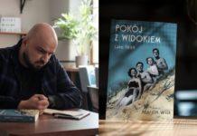 Mężczyzna siedzący przy stoliku i okładka książki