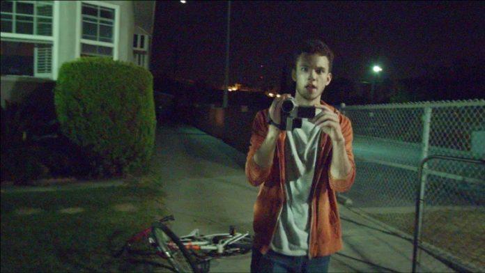 Chłopak stojący z kamerą