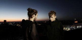 Dwóch mężczyzn na tle wschodu słońca