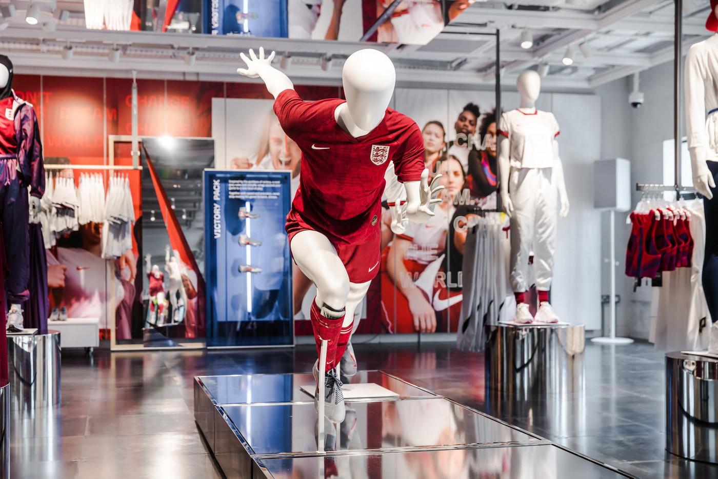 Manekin przedstawiający kobietę w stroju piłkarskim