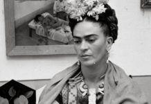 Czarno-białe zdjęcie kobiety z kwiatami na głowie