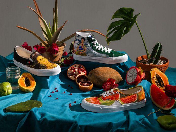 Różne buty ułożone na materiale wsród owoców