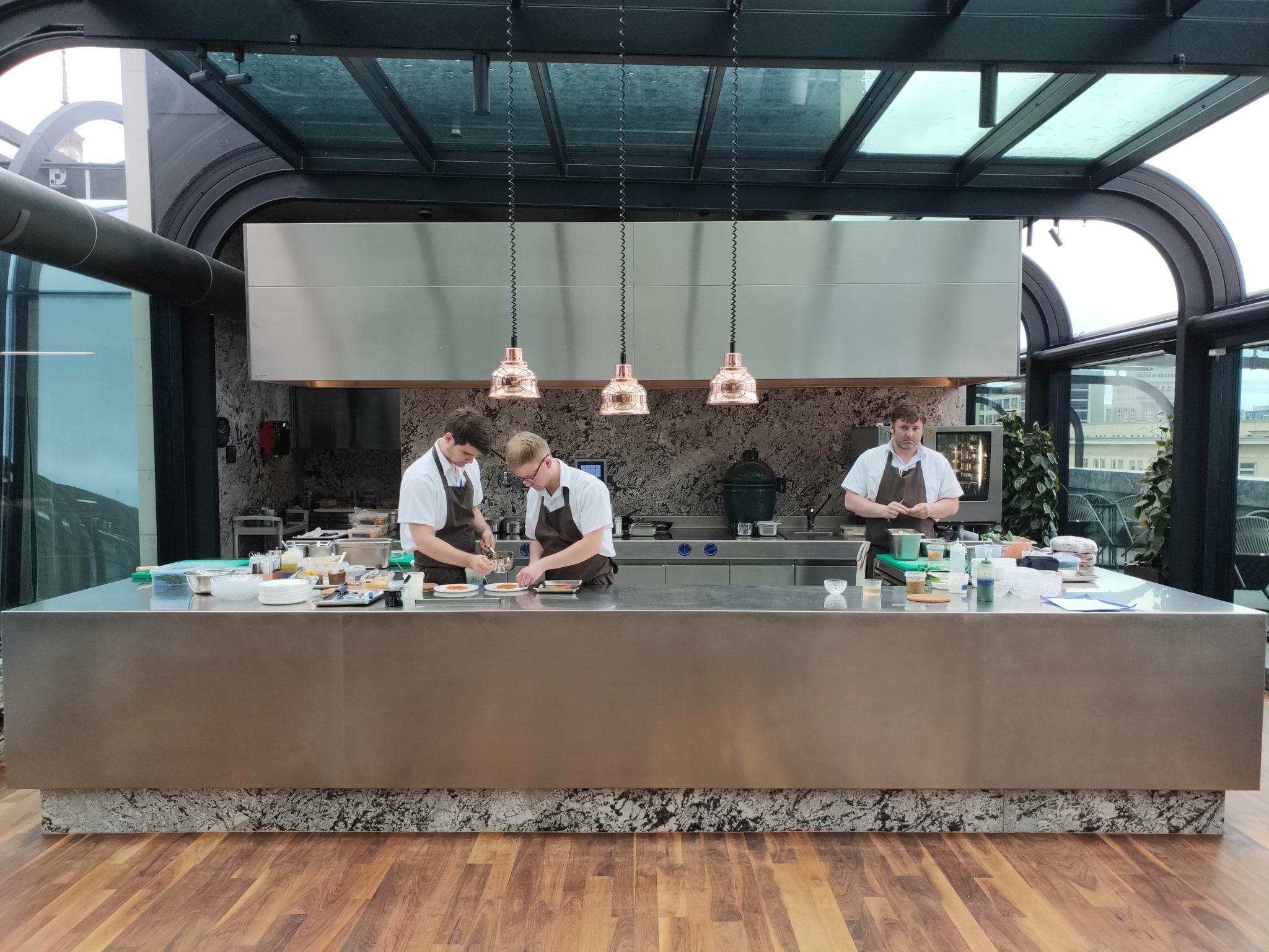 Widok otwartej kuchni w restauracji