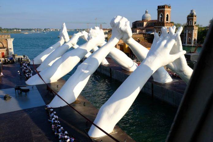 Most złożony z 6 par dłoni