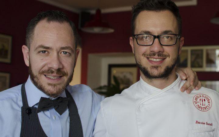 Dwóch mężczyzn - jeden w stroju kucharza, drugi w koszuli z muchą