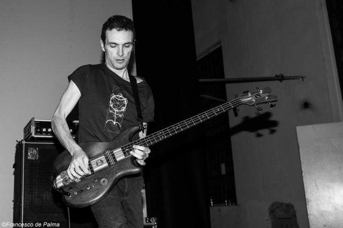 Czarno-białe zdjęcie mężczyzny z gitarą