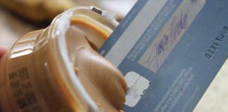 Karta kredytowa w słoiku z masłem orzechowym