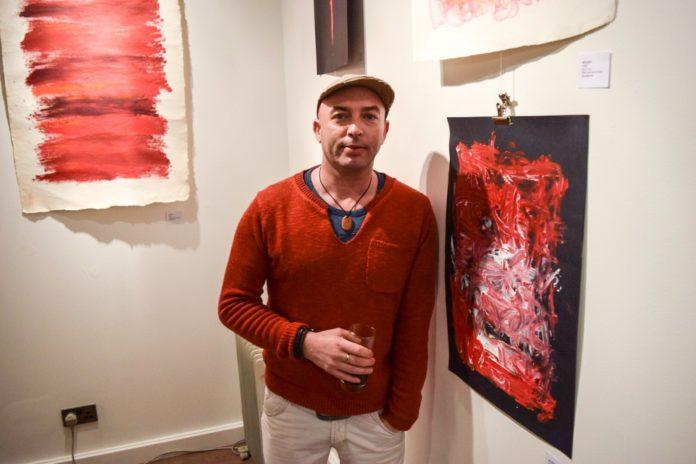 Mężczyzna stojący przy obrazie