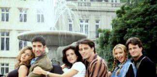 Trzy pary siedzące przy fontannie