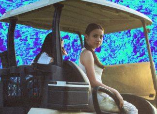 Dziewczyna jadąca wózkiem golfowym