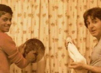 Dwóch mężczyzn zmywających naczynia