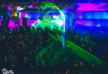 Tłum ludzi zebrany w ogródku klubu