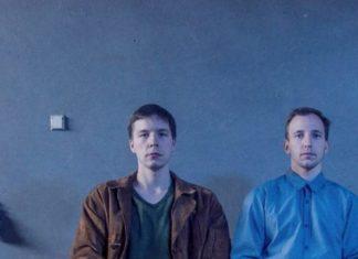 Dwóch chłopaków na niebieskiej ścianie