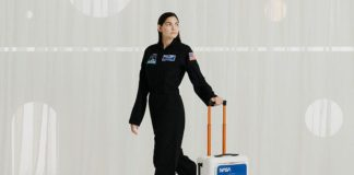 Modelka i najmłodsza astronautka Alyssa Carson z walizką kabinową NASA