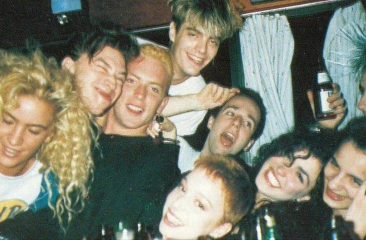 Analogowe zdjęcie grupy bawiących się ludzi