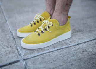 Żółte buty na męskich nogach