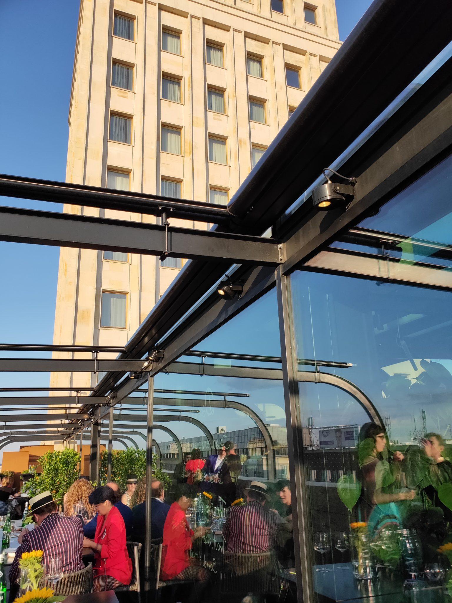 Widok z tarasu restauracji na budynek