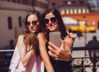 Dwie dziewczyny pozujące do wspólnego selfie