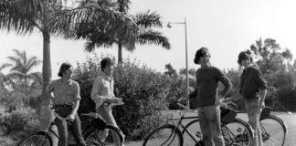 Czarno-białe zdjęcie cztererch mężczyzn na rowerach