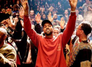 Mężczyzna z rękami uniesionymi do góry wśród ludzi