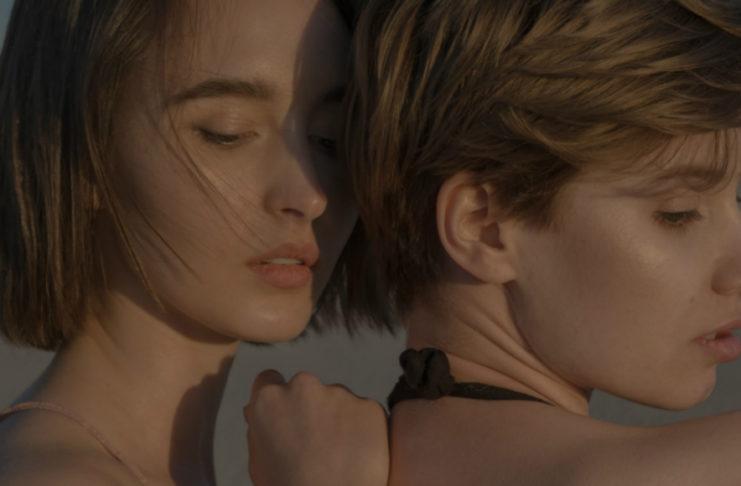 Dwie dziewczyny stojące blisko siebie