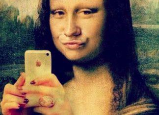 Mona Lisa z wydętymi ustami i telefonem