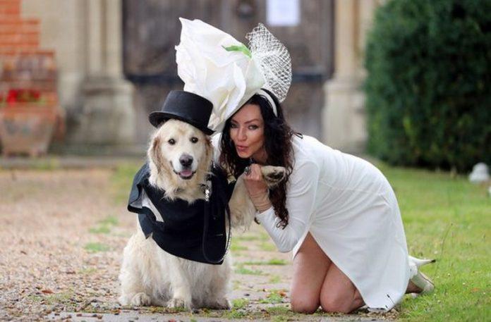 Kobieta w białej sukience i pies w garniturze