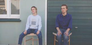 Kobieta siedząca z rozkraczonymi nogami i mężczyzna ze złożonymi