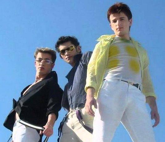 Trzech mężczyzn na tle błękitnego nieba
